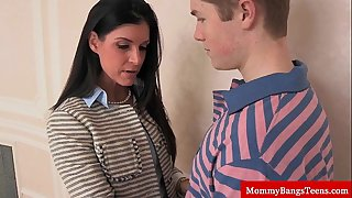 Mamma cougar shares cum with stepteen