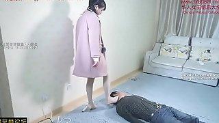 华人女王踩踏狗奴全身 Chinese mistress tramples her slave in his body together with neck