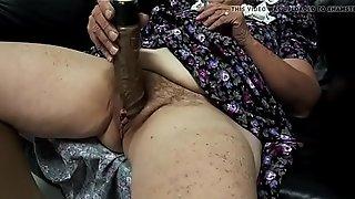 Abuela masturbá_ndose delante de su esposo y cornedor velluda